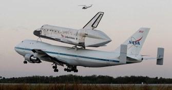 Discovery uzay mekiği'nin müzeye kaldırılırken bir boeing 777'nin sırtındaki son uçuşu